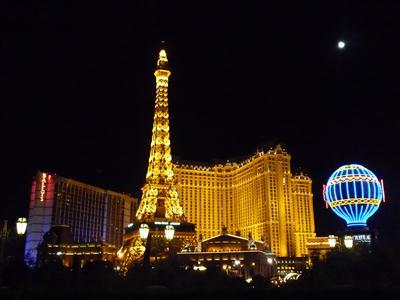 夜のパリスホテルとエッフェル塔