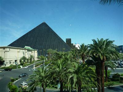 見るからに怪しい黒いピラミッド