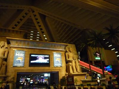 ピラミッドの中はホテルだった!